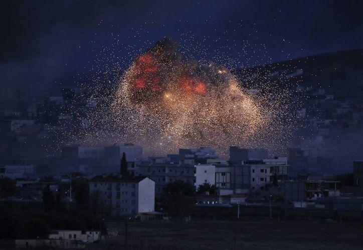 Imagen de un ataque aéreo de la coalición liderada por Estados Unidos en Kobani, Siria, ciudad que defienden los kurdos del Estado Islámico. (Agencias)