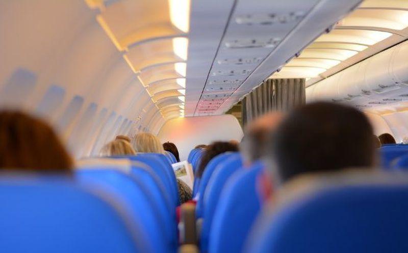 Avión aterriza de emergencia por pasajera a la que negaron más champaña