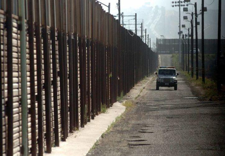 Un muro de 15 pies de altura no ayudará a frenar el paso de inmigrantes hacia Estados Unidos, asegura el Departamento de Seguridad Interna. (Archivo/Notimex)