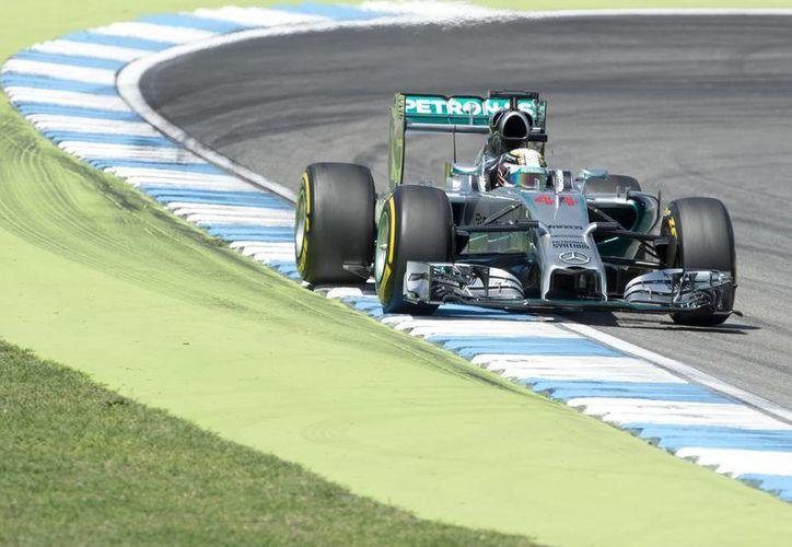 Hamilton cronometró un minuto, 18.341 segundos en su mejor vuelta y quedó en primer lugar por encima de Rosberg y de Ricciardo. (Foto: AP)