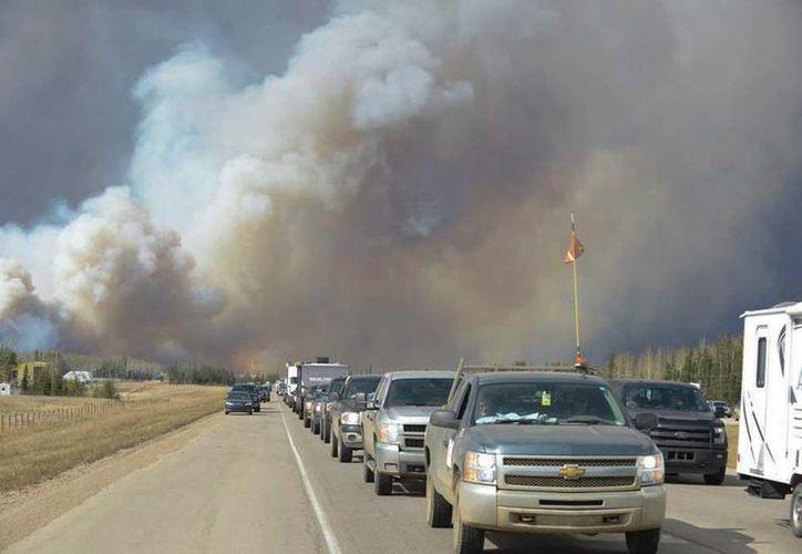 Miles de residentes Fort McMurray, Alberta, prácticamente huyeron a causa de un enorme incendio. (AP)