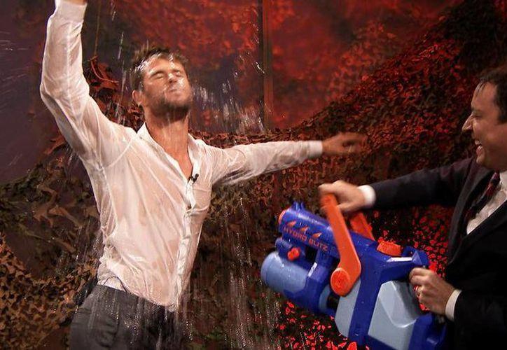 Chris Hemsworth durante el baile que realizó mientras el conductor Jimmy Fallon, de The Tonight Show, lo mojaba con una pistola de agua. (nbc.com)