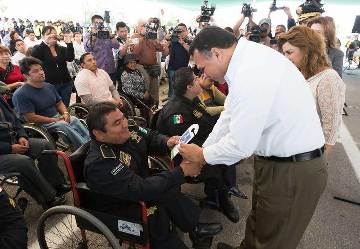 El gobernador Rolando Zapata Bello entregó los primeros tarjetones para discapacitados. (SIPSE)