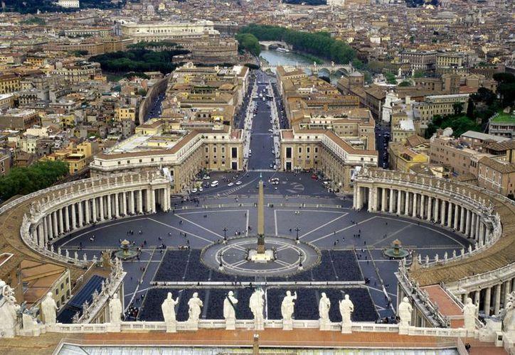 El Vaticano colocó la inusual estructura frente a la Columnata de Bernini. (Internet)