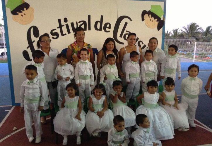 Los menores que concluyeron su ciclo de aprendizaje y las autoridades. (Lanrry Parra/SIPSE)