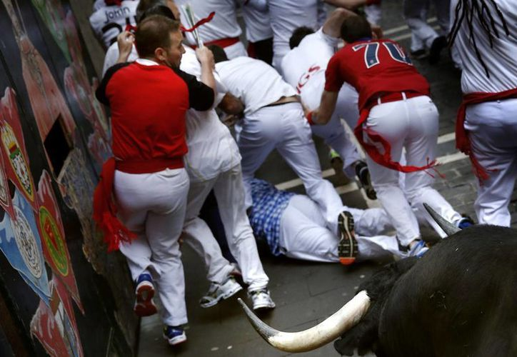 Además de los dos corneados hubo algunos que sufrieron golpes en el cuarto encierro de San Fermín. (Foto: AP)