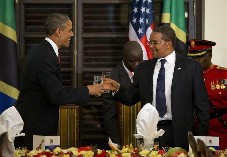 Obama y el presidente de Tanzania, Jakaya Kikwete, brindan durante una cena oficial en la casa del estado en Dar Es Salaam, Tanzania. (Agencias)