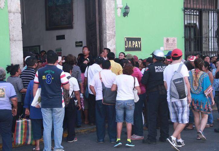 Tras la reunión de unas 50 personas de varios municipios ante el director local de la Japay, Manuel Bonilla, por el tema de la falta de agua y baños ecológicos, este se comprometió a darles una respuesta el 15 de abril. (Jorge Acosta/Milenio Novedades)