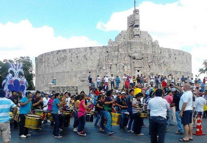 Meridanos armaron su propia fiesta carnestolenda en el Paseo de Montejo. (José Acosta/SIPSE)