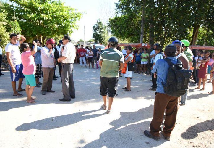 Al lugar de los hechos se presentaron autoridades policíacas para calmar los ánimos de los pobladores. (Alejandro Poot/SIPSE)
