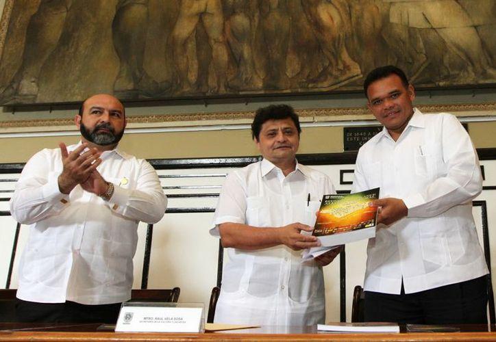 El secretario de la Cultura y las Artes, Raúl Vela Sosa, entregó al gobernador Rolando Zapata un compendio de las actividades realizadas durante 100 días. (Cortesía)