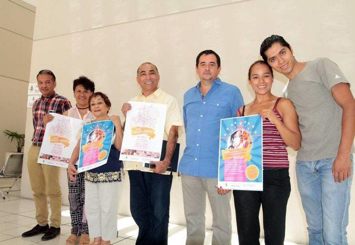 Los maestros Socorro Cerón y Víctor Salas  (c) están a cargo de los talleres. (SIPSE)