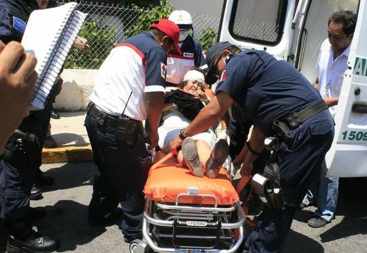 Testigos del accidente solicitaron los servicios de emergencia y en minutos llegaron policías y paramédicos de la Policía Municipal de Mérida. (Milenio Novedades)