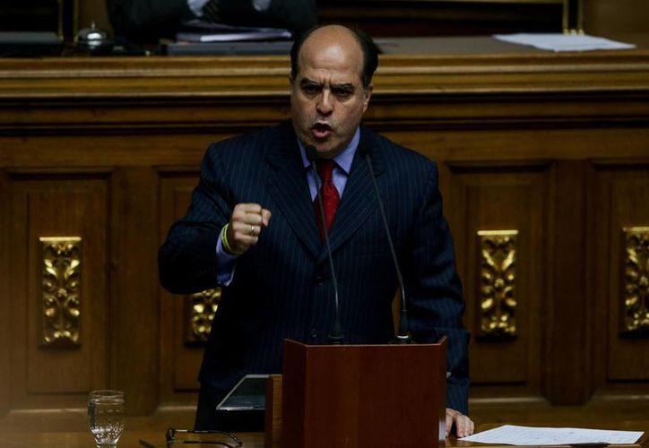 El diputado de oposición Julio Borges, interviene durante un debate en la Asamblea Nacional de Venezuela este domingo. (EFE)
