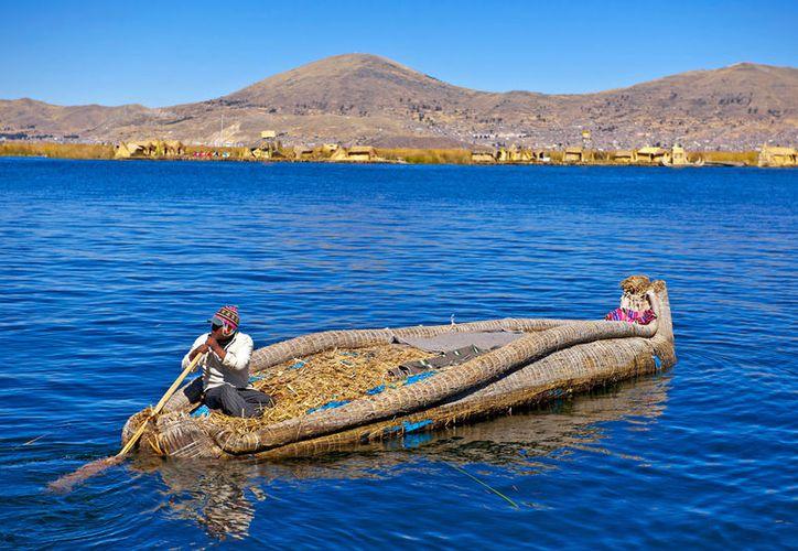 El lago Titicaca se ubica en la cordillera de los Andes, es el lago navegable más alto del mundo. (Foto: Hola)
