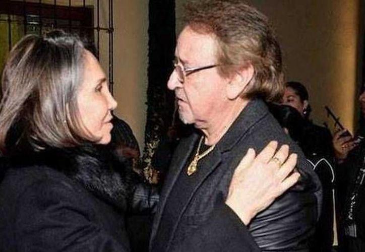 Carlos Villagrán saluda a Florinda Meza durante el funeral de Roberto Gómez Bolaños 'Chespirito'. (elfortindeguayana.com)