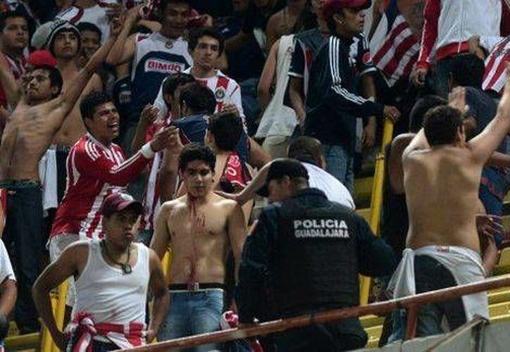 Aficionados de Chivas se enfrentaron a policías en el 'clásico tapatío'. (Milenio/Mexsport)
