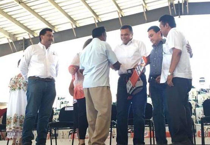 Este sábado el gobernador de Yucatán, Rolando Zapata, estuvo en Tizimín para entregar apoyos del programa Peso a peso, que ya rebasa los 100 mdp en 2016. En la actual edición, dicho programa beneficiará a más de 15 mil productores. (Foto cortesía del Gobierno estatal)