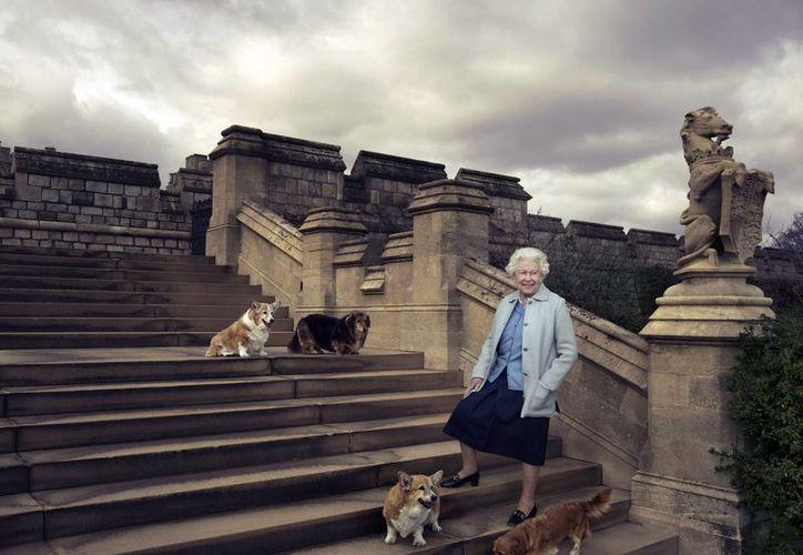 Su Majestad no ha manifestado intenciones de abdicar ni de reducir sus apariciones públicas. Los británicos tienen un gran respeto por ella y por la institución monárquica que representa. (Archivo/AP)