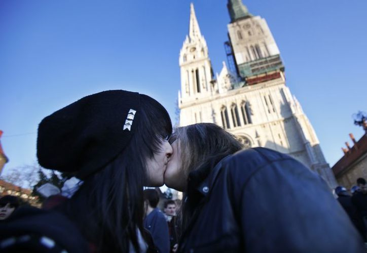 Una pareja gay se besa en una manifestación frente a una iglesia en Croacia. (Agencias)