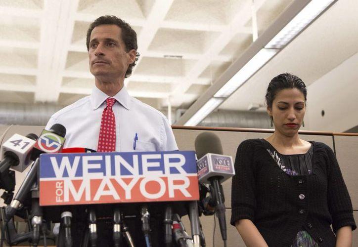 El candidato a la alcaldía de Nueva York Anthony Weiner, acompañado de su esposa Huma Abedin, en charla con los medios de comunicación. (EFE)
