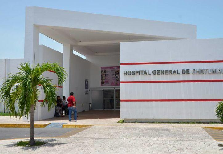 Trabajadores del Hospital General de Chetumal exigieron la destitución de Jorge Abuxapqui Adam, administrador del lugar. (Gerardo Amaro/SIPSE)