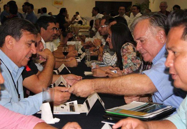 Empresario intercambiando tarjetas en el encuetro de negocios realizado por la Canaco Mérida. (Facebook Canaco Mérida)