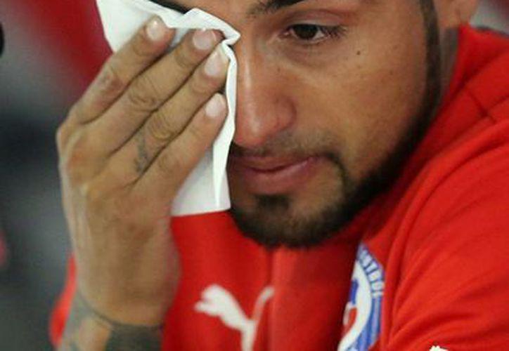 Pase lo que pase en Copa América, el seleccionado chileno Arturo Vidal deberá encarar a la Justicia por el accidente vial que ocasionó en su Ferrari. En la foto, al pedir disculpas por el incidente. (Notimex)