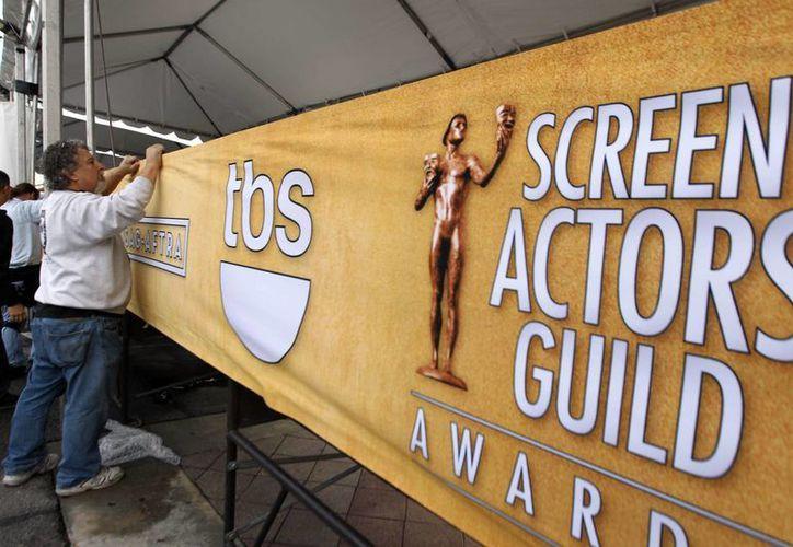 Un grupo de trabajadores coloca un letrero alusivo a la entrega de los premios SAG. (Agencias)