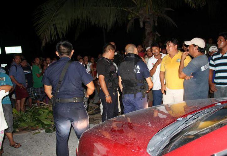 La policía tuvo que intervenir ante la inconformidad de los pobladores. (Rossy López/SIPSE)