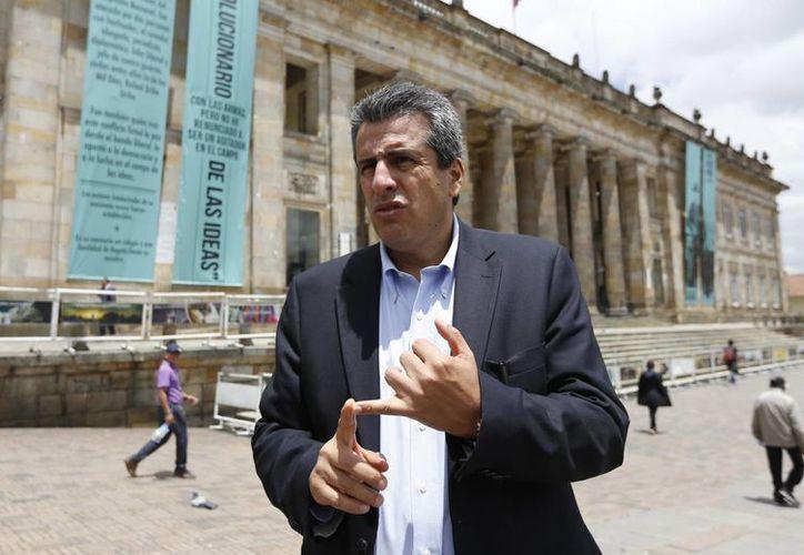 Luis Fernando Velasco habla con la prensa en la Plaza de Bolívar de Bogotá, afuera del Congreso en Bogotá, Colombia. (Agencias)