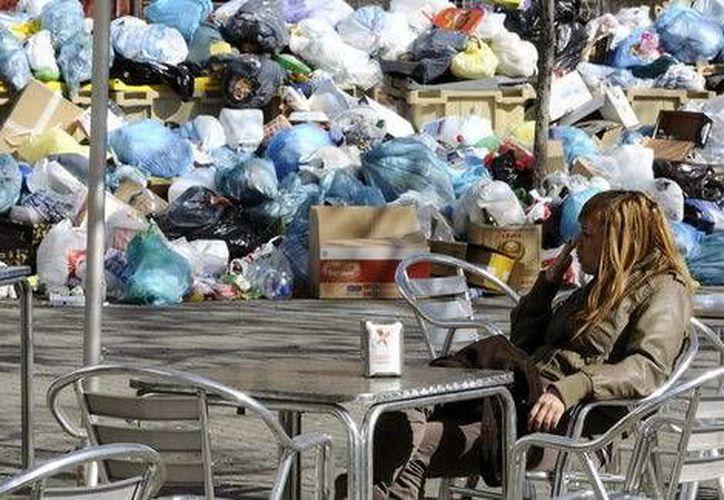 Tan solo este sábado la empresa pública Tragsa recogió unas 60 toneladas de basura acumuladas en las calles. (Milenio)