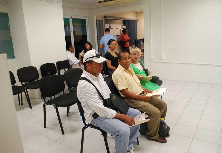 Diariamente acuden personas al Servicio Estatal del Empleo a pedir información sobre las vacantes. (Tomás Álvarez/SIPSE)