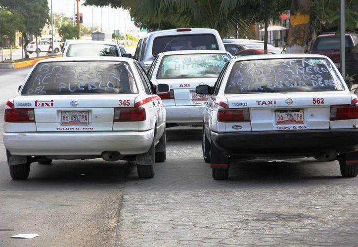 Los taxistas participaron en un bloqueo de la vía Cancún-Puerto Morelos. (Rossy López/SIPSE)