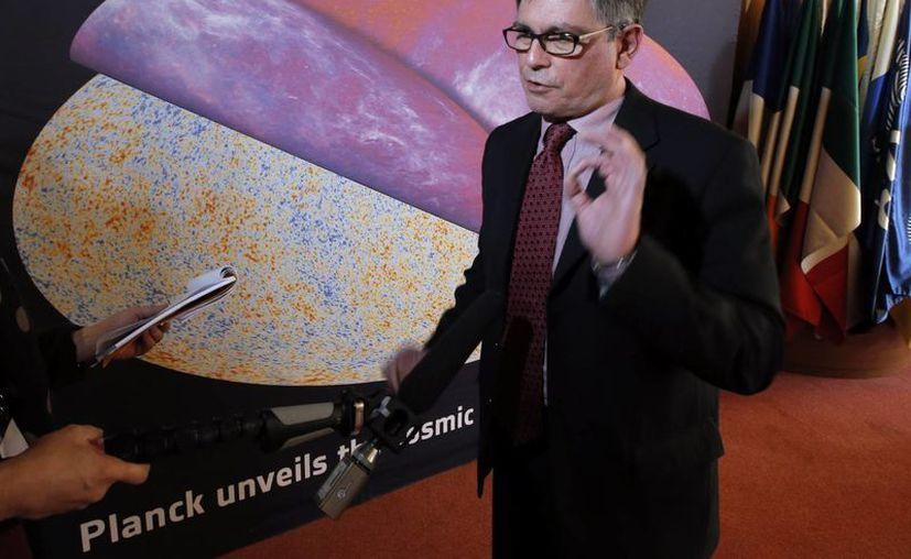 George Efstathiou, astrofísico de la Agencia Europea Espacial, habla después de una conferencia de prensa en París, frente al mapa más detallado del universo (Agencias)