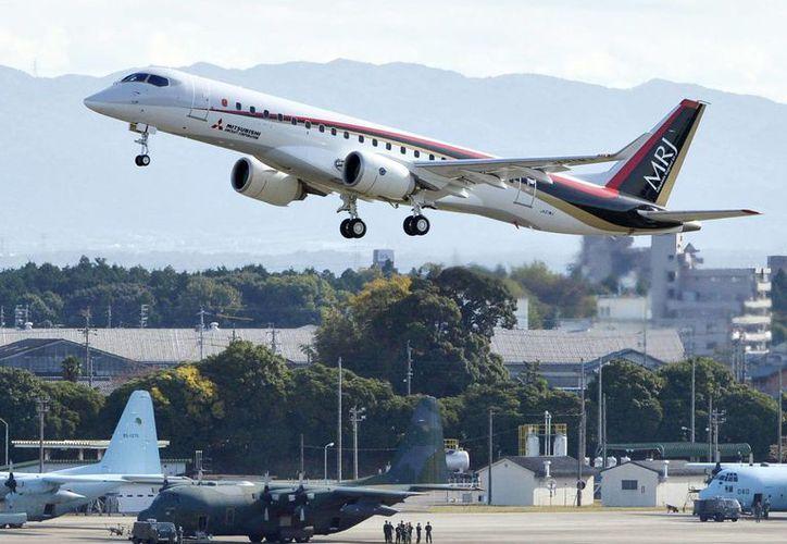 Despegue del Jet Regional Mitsubishi, en su vuelo inaugural en el aeropuerto Nagoya, en Toyoyama, Japón, el miércoles 11 de noviembre de 2015. (Foto de Yoshiaki Sakamoto/Kyodo News vía AP)
