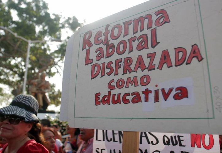 Los docentes lanzaron críticas al sistema educativo y a las políticas de gobierno. (Harold Alcocer/SIPSE)