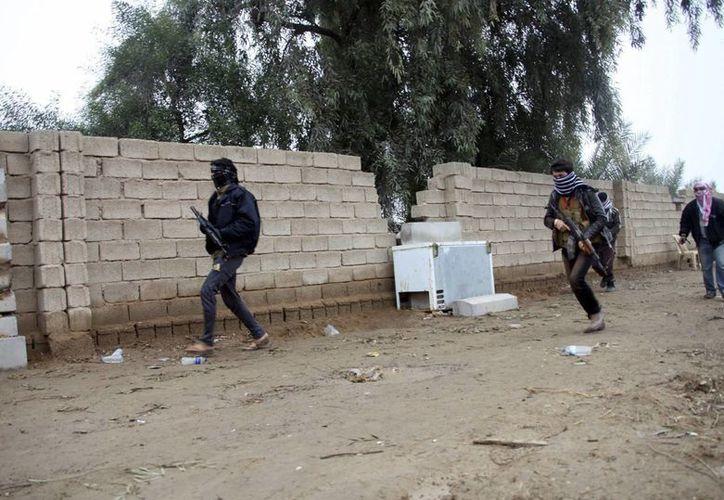Milicianos suníes toman posiciones durante un enfrentamiento con soldados iraquíes en la ciudad de Faluya, hace unos meses. (Archivo/EFE)