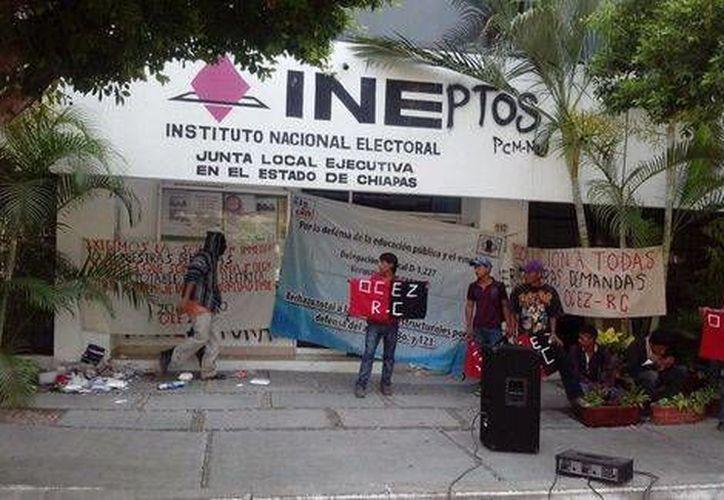 Enmedio de la toma de instalaciones del INE en tres poblaciones de Chiapas, maestros del SNTE advirtieron sobre su intención de boicotear la 'farsa electoral'. (Milenio)