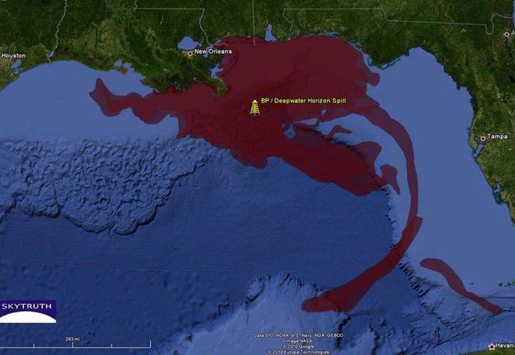 El derrame del pozo Deepwater Horizon duró de abril a mayo de 2010, vertiendo millones de barriles de crudo al mar. (eoearth.org)