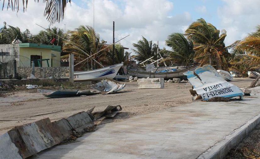 Lanchas que no pudieron ser rescatadas por pescadores terminaron partidas a la mitad. (SIPSE)