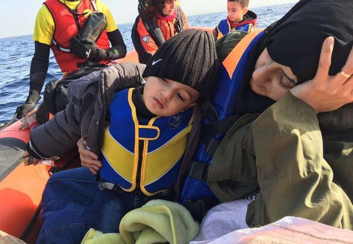 En dos operaciones en altamar fueron rescatados 149 migrantes, en costas cercanas a Libia y España. (Fotos tomadas de elperiodico.com)