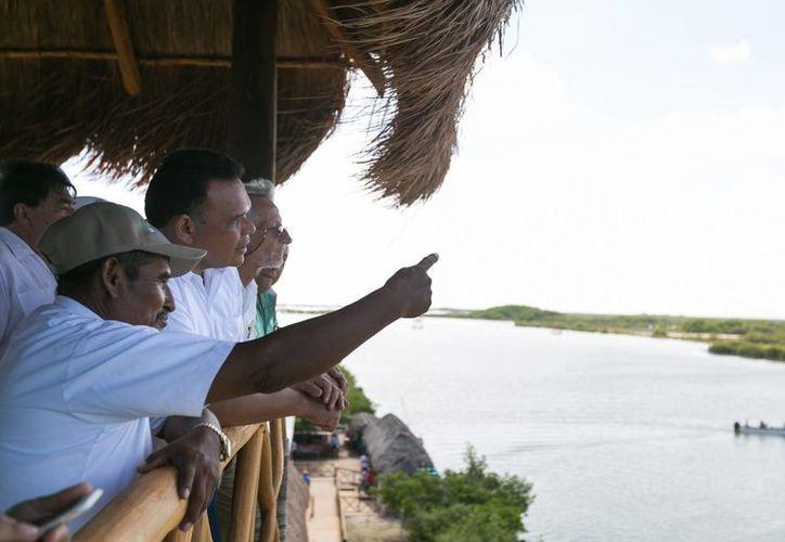 El Gobernador Rolando Zapata visitó el mirador de madera del parador ecoturístico 'El Corchito' y posteriormente cruzó en lancha a la reserva. (Foto: cortesía del Gobierno del Estado)