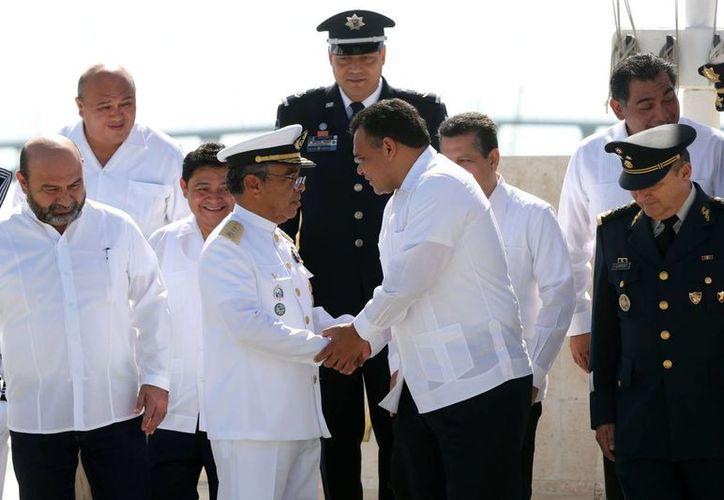 El gobernador Rolando Zapata Bello saluda al comandante de la IX Zona Naval, Felipe Solano Armenta, en el acto por el Día de la Armada de México. (SIPSE)