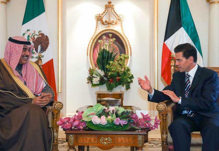 El presidente de México, Enrique Peña Nieto, se reunió con el Jeque Sabáh Al-Kháled Al-Hámad Al-Sabáh, viceprimer ministro y ministro de Asuntos Exteriores de Kuwait, en el marco de su Visita de Estado por esta nación. (Notimex)
