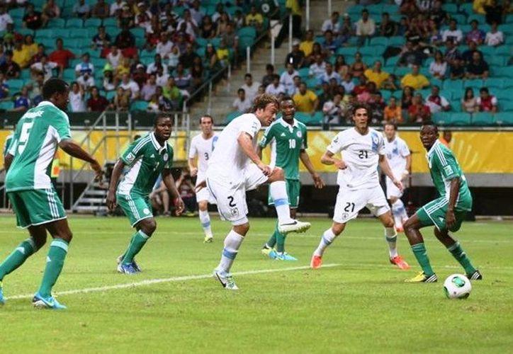 Uruguay, dueño de su destino en la Copa Confederaciones tras derrotar a Nigeria. (Agencias)