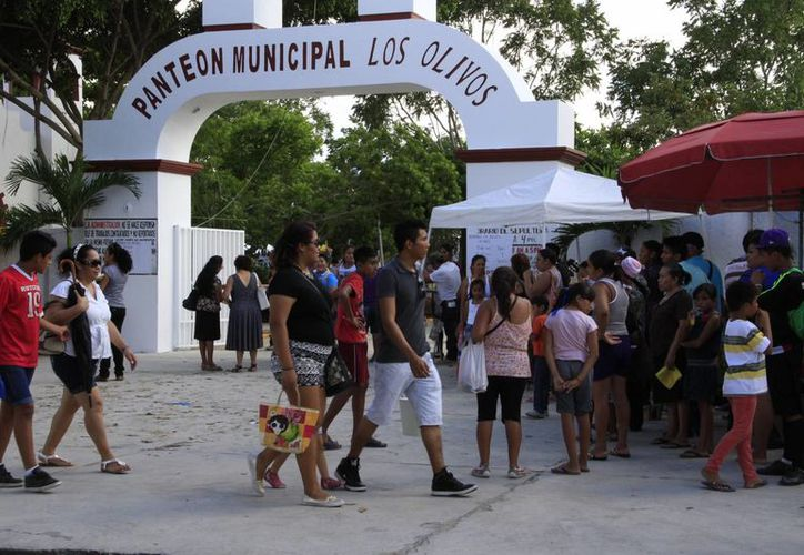 Cientos de personas visitaron los panteones en Benito Juárez. (Tomás Álvarez/SIPSE)