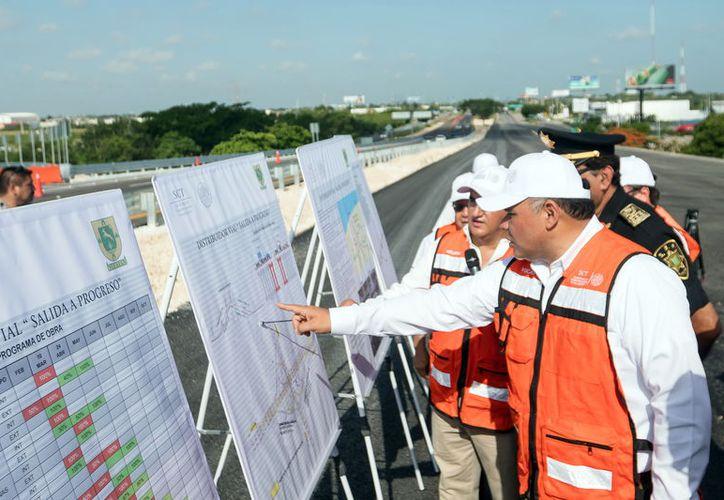 El Gobernador durante la visita al distribuidor vial de la salida a Progreso. (Foto: Milenio Novedades)
