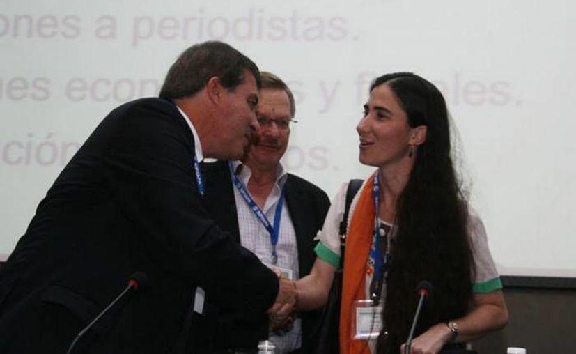 El titular de la SIP, Jaime Mantilla, con la bloguera cubana Yoani Sánchez. (sipiapa.org/Foto de contexto)