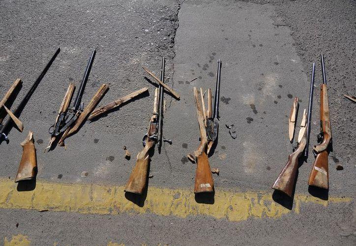 Autoridades de gobierno clausuraron la 'Campaña Estatal de Donación de Armas de Fuego y Explosivos 2012', donde se destruyeron más de 800 armas de diversos calibres. (Notimex)